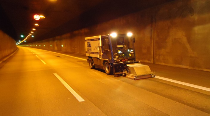 Elbe tunnel wegdek reinigen