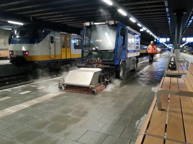 reinigen perron station Den Haag CS